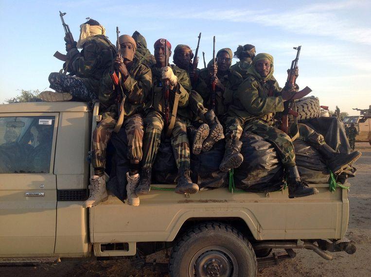 Militairen bij de grens tussen Nigeria en Kameroen. Beeld afp
