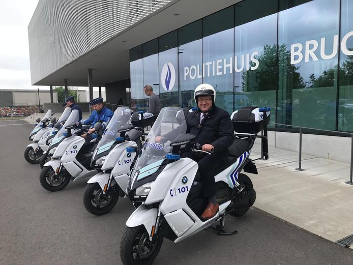 Burgemeester Dirk De fauw test een van de nieuwe elektrische scooters.