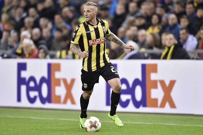 Alexander Büttner in actie in de Europa League voor Vitesse tegen Lazio Roma.