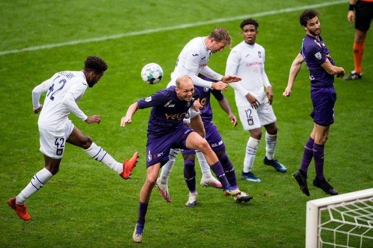 Anderlecht-verdediger Hannes Delcroix (links) kopt de bal weg op het veld van Beerschot. Beeld BELGA