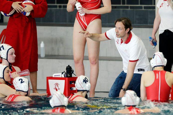 UZSC-trainer Joachim De Ruijsscher instrueert zijn speelsters tegen Het Ravijn.