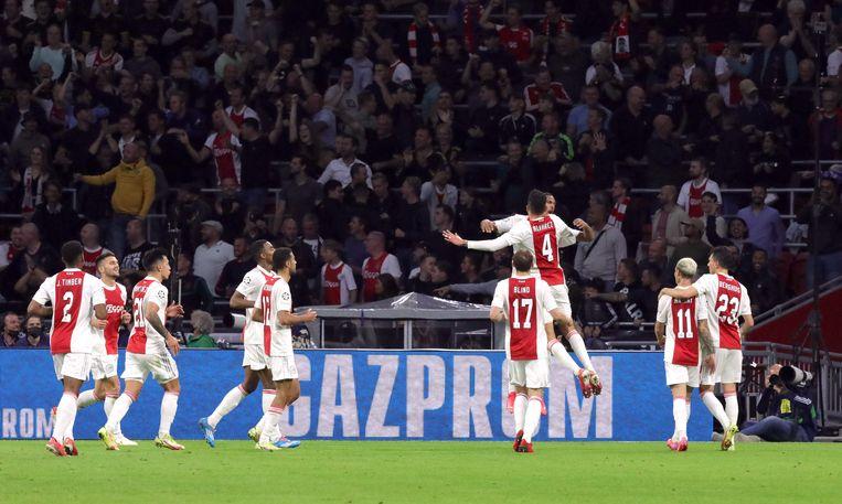 Sébastien Haller viert het tweede doelpunt van Ajax. Beeld REUTERS