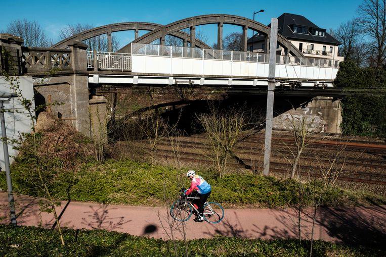 Een eenzame fietser in Hove.