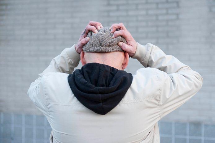 """Peter uit Deventer (vanwege zijn werk onherkenbaar) ziet geen voordelen aan het eventuele opstappen van het kabinet. ,,Het is een symbolische daad."""""""