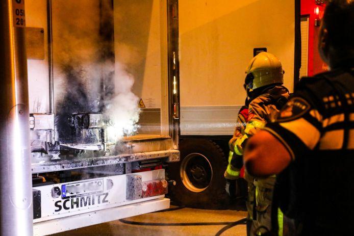 De brandweer blust na