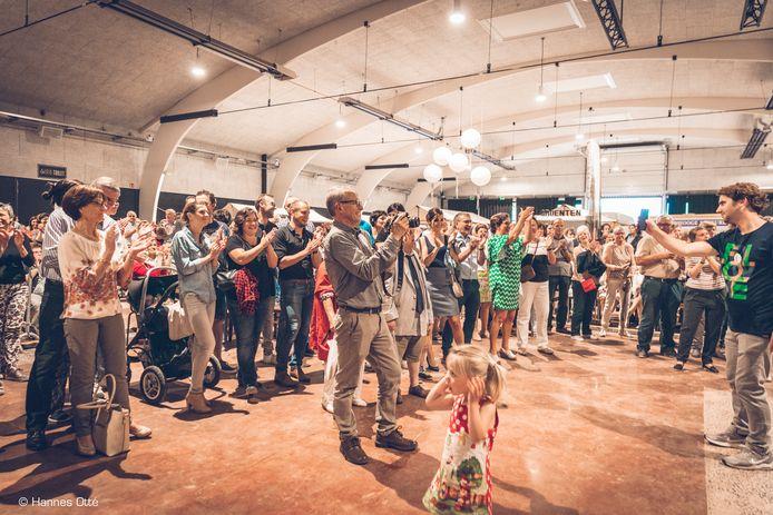 Vzw Uzien organiseert zaterdag 'Allez, Chantez!' in de boogloods Uzien in Deerlijk. Deze foto is genomen op de opening van Uzien in juni.