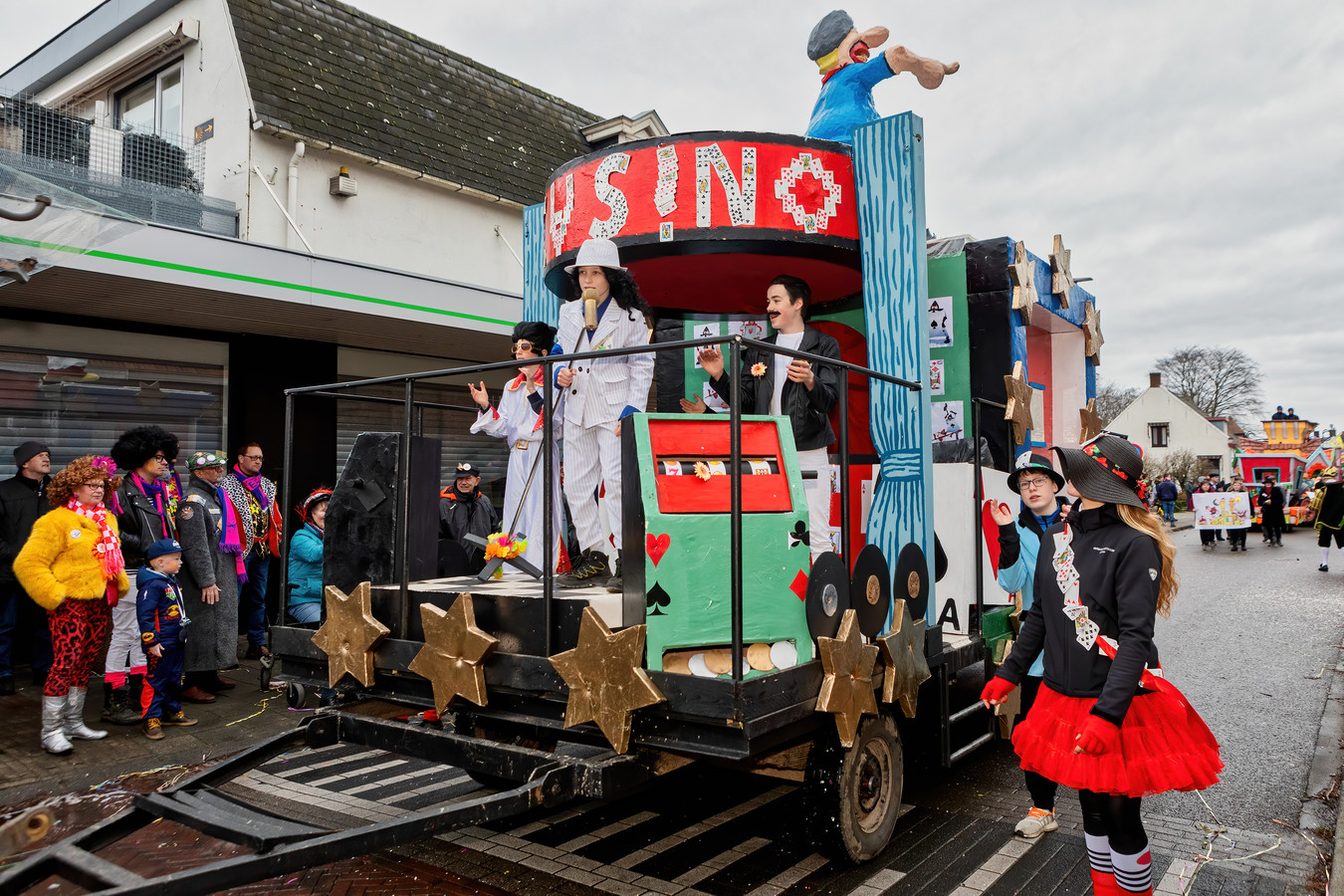 De optocht in Heerle, één van de hoogtepunten van het carnaval. De organiserende stichting is hard op zoek naar nieuwe pakkendragers.