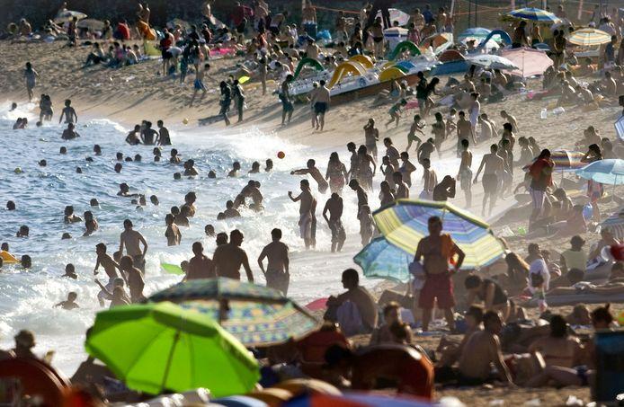 In de jaren negentig gaan veel jongeren voor het eerst zonder ouders op vakantie naar de populaire Spaanse badplaats Lloret de Mar.