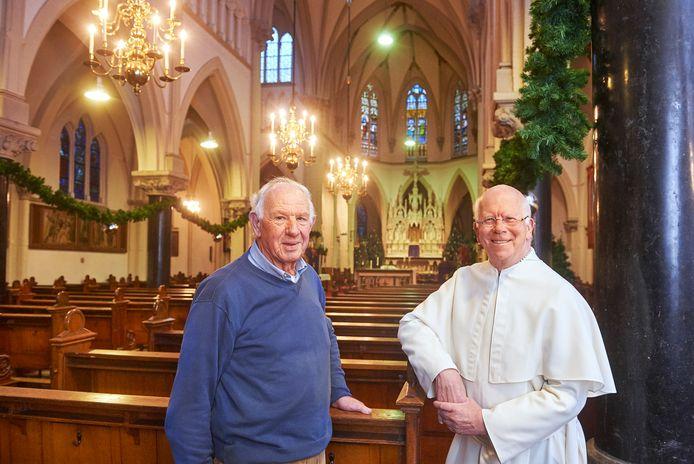Cor Verberk en pastoor Joost Jansen in de kerk van Heeswijk. Op 1 januari is de laatste viering in de Heeswijkse kerk die aan de eredienst wordt onttrokken.