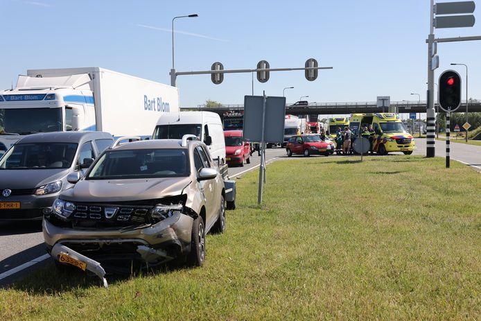 Twee personenauto's botsten op de Flevoweg bij Kampen op elkaar.
