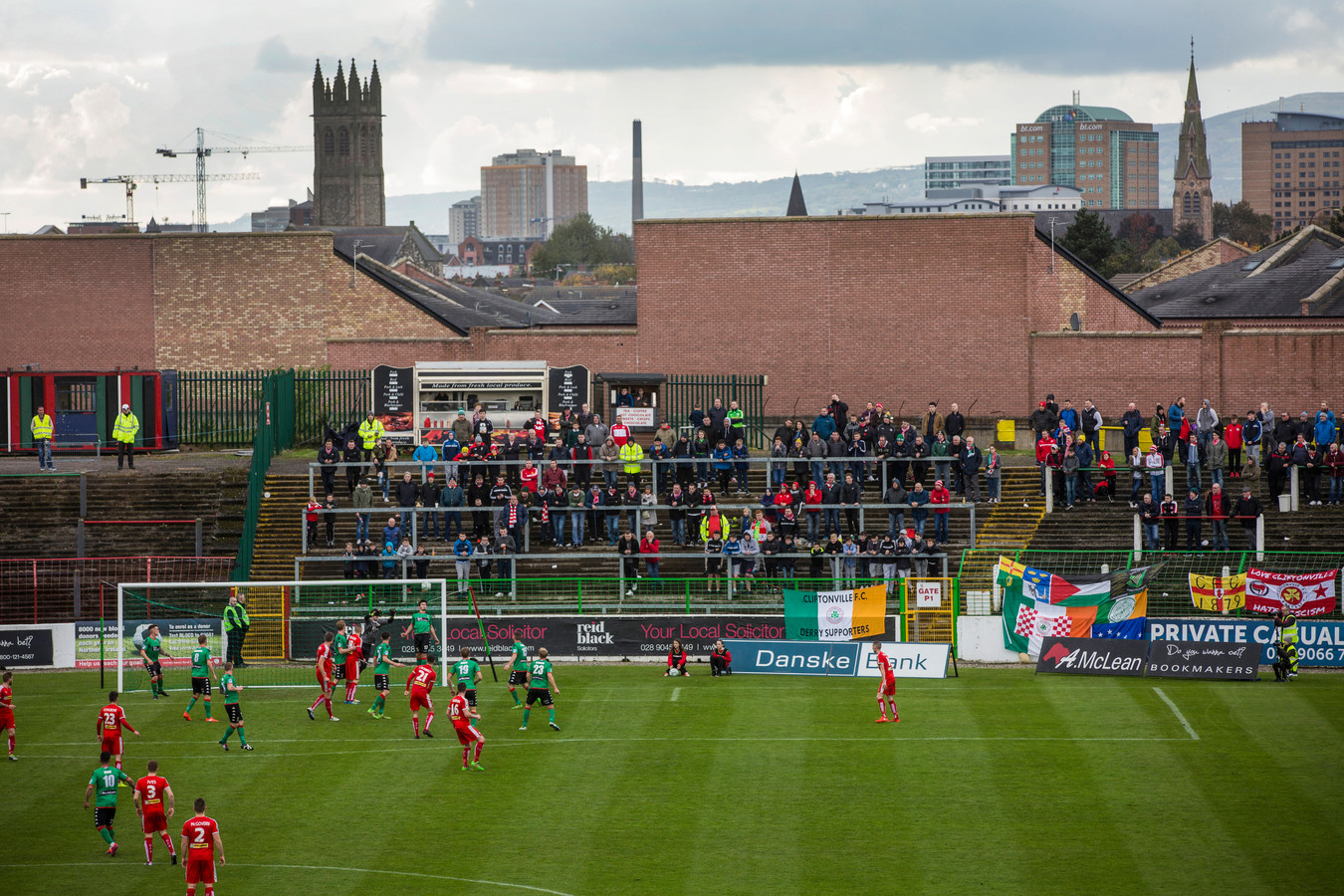 Uitsupporters in The Oval van Glentoran.