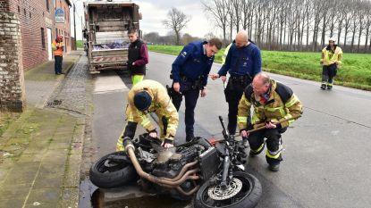 Motorrijder zwaargewond na klap achter op vuilniswagen