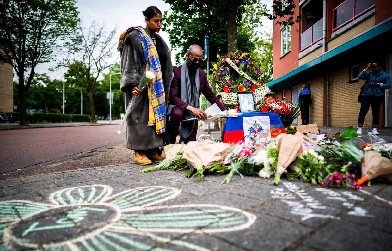 Bloemen worden gelegd bij een monument ter ere van de op 14 maart na een hardhandige arrestatie in Zwolle overleden Tomy Holten.  Beeld Freek van den Bergh / de Volkskrant