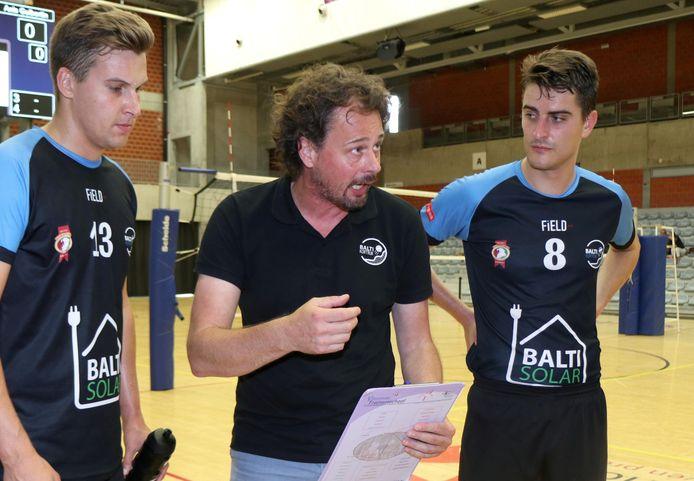 Balti-coach Wim Vande Ryse met enkele tactische richtlijnen. Hij hoopt zijn ex-ploeg Packo Zedelgem te kunnen kloppen.