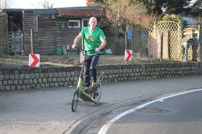 Geert De Mulder op zijn elliptische fiets. Hij zit iets hoger dan op een gewone koersfiets, waardoor schuilen in een groepje onmogelijk is.