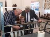 Topman provincie loopt met kleindochter stage bij techniekmuseum in Hengelo