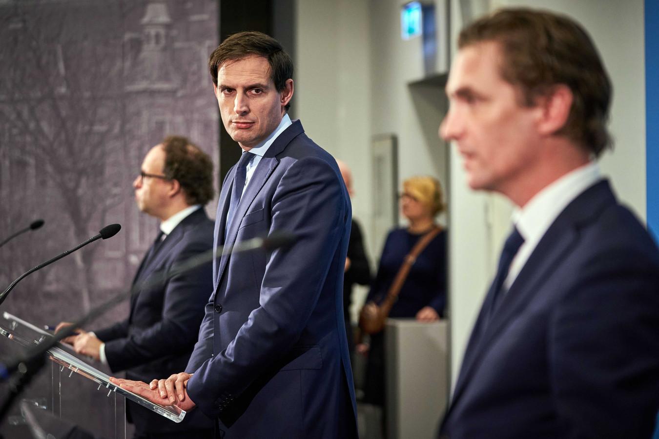 Demissionair ministers Bas van 't Wout (Economische Zaken en Klimaat), Wouter Koolmees (Sociale Zaken en Werkgelegenheid) en Wopke Hoekstra (Financiën) zijn verantwoordelijk voor de coronasteun.