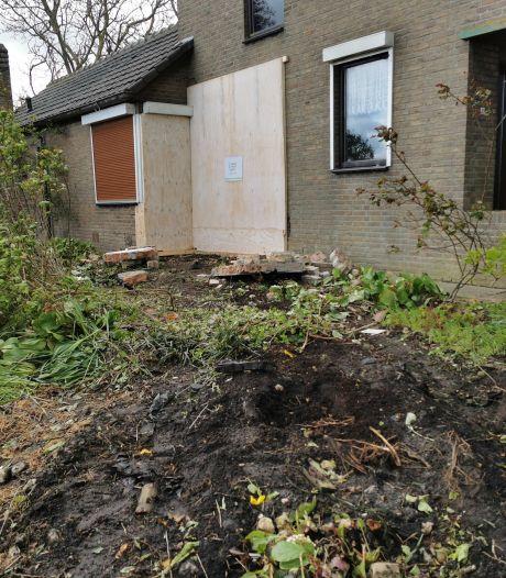 Auto ramt gevel van Oostburger François Babijn, huis dat binnenkort te koop komt onbewoonbaar