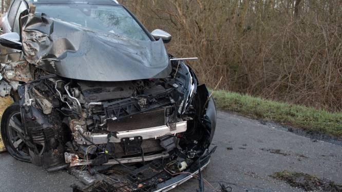 Verrast door glad wegdek: auto slipt en belandt tegen boom in Nokere