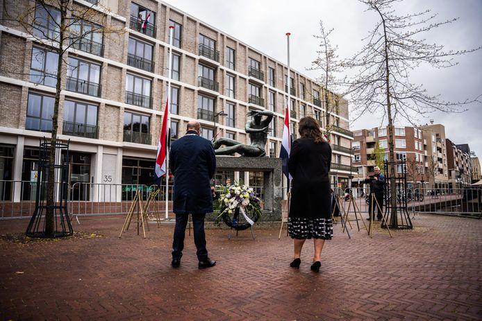 Herdenken in verlatenheid, voor het tweede achtereenvolgende jaar. Burgemeester Ahmed Marcouch en vicecvoorzitter van de gemeenteraad Karin Kalthoff houden twee minuten stilte bij het monument 'Mens tegen Macht' van Gijs Jacobs van den Hof.