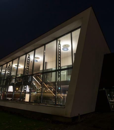 In avonduren donkerdere gebouwen in Zutphen, gemeente houdt eigen verlichting tegen het licht