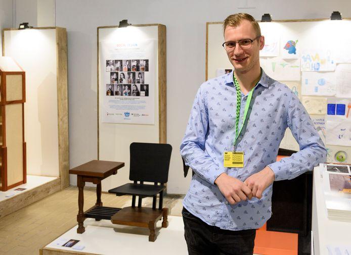 EINDHOVEN - Op de *Dutch Design Week* in Eindhoven exposeert Valkenswaardenaar Thijs Vriezekolk, student aan het Koning Willem 2-college in 's- Hertogenbosch, *Thijs Vriezekolk* met zijn *cartoonchair*.