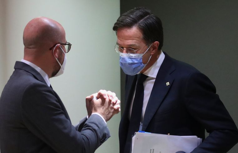 Demissionair premier Mark Rutte (rechts) spreekt met voorzitter Charles Michel van de Europese Raad bij aanvang van de EU-top in Brussel.  Beeld AP
