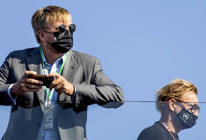 Koning Willem-Alexander en prins Bernhard jr. (rechts) op Circuit Zandvoort bij de Dutch Grand Prix.