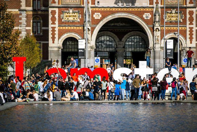 Drukte met toeristen bij de letters 'I Amsterdam', die inmiddels verwijderd zijn.