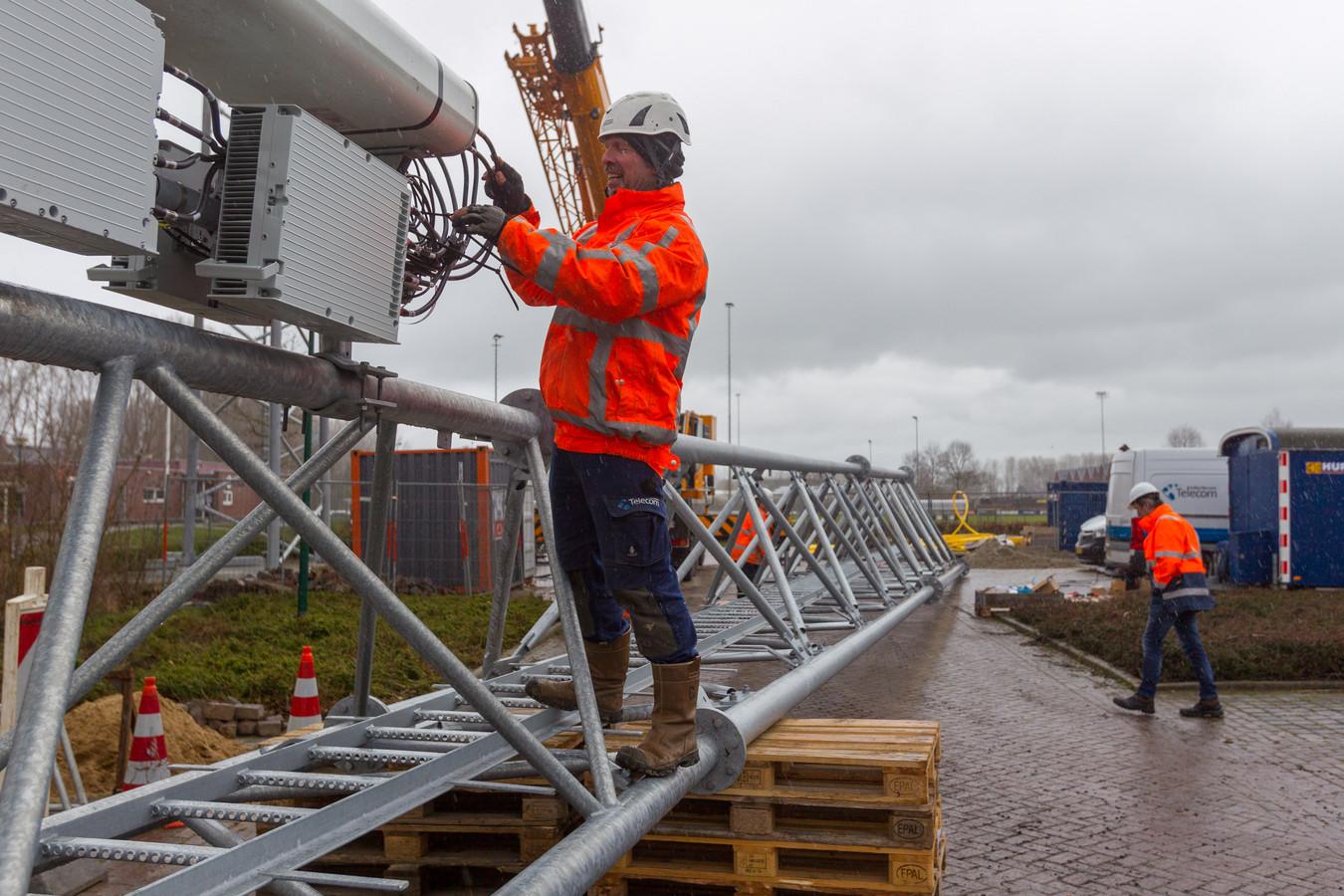 Bij het voetbalterrein in Olland werd vorige week een mast voor mobiele telefonie geplaatst.