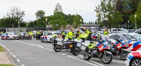 Omstreden actiegroep is op weg naar Apeldoorn en wordt opgewacht door grote politiemacht