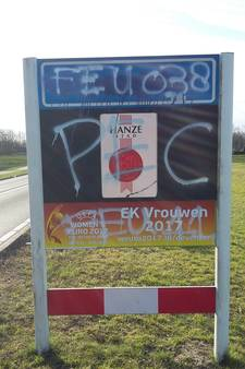 'Fans' van PEC besmeuren verkeersborden tussen Deventer en Olst