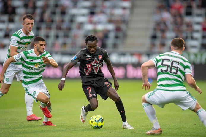 Pione Sisto (midden) in het duel met FC Midtjylland tegen Celtic.