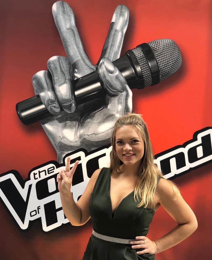 Sophie bij het karakteristieke The Voice-bord.