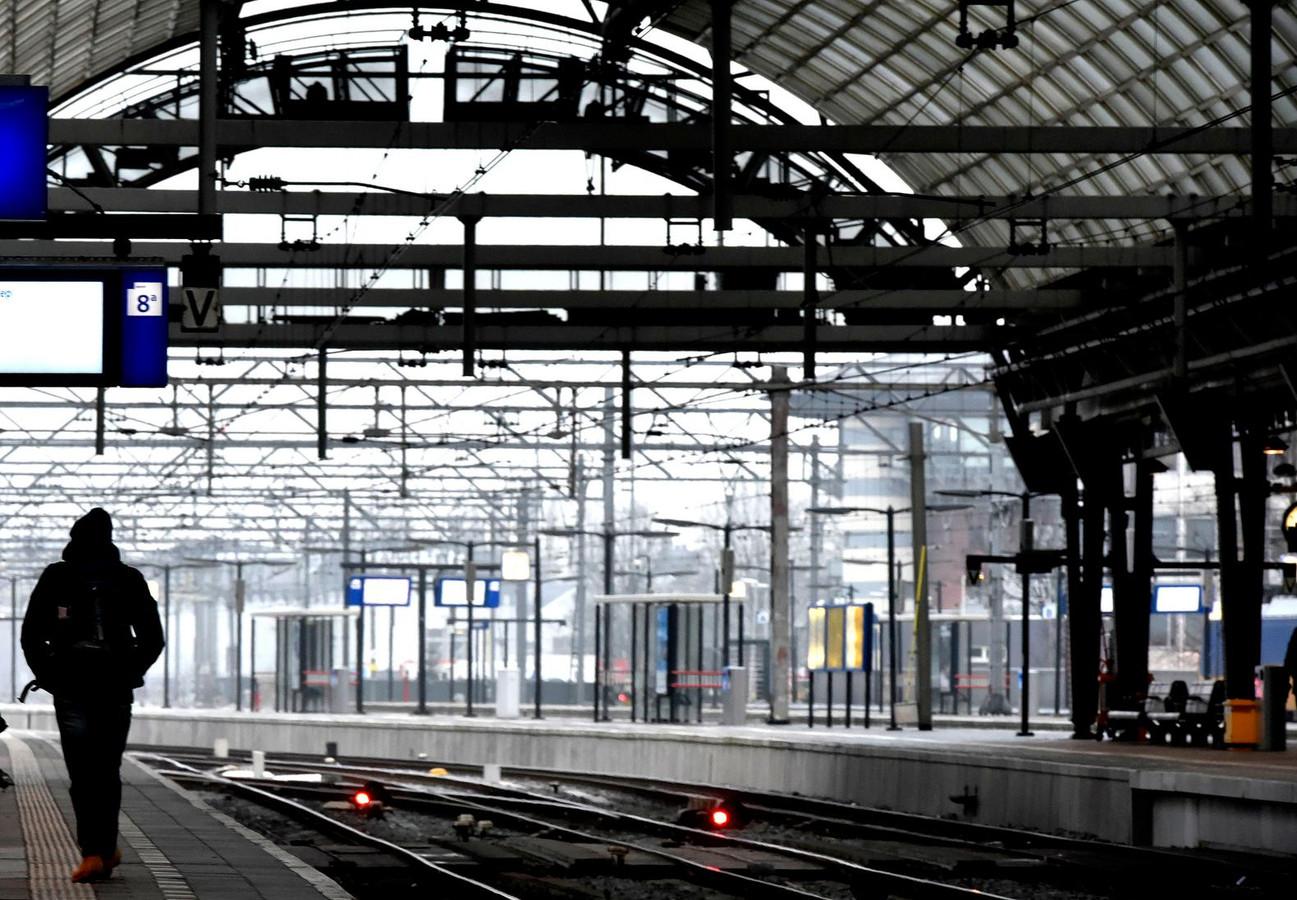 Een leeg perron op station Amsterdam CS.