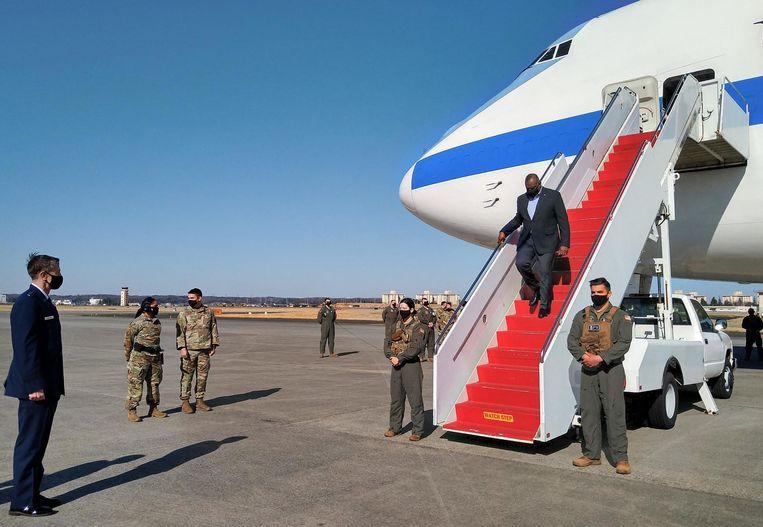 De Amerikaanse minister van defensie Lloyd Austin, maandag bij aankomst in Japan.  Beeld AFP