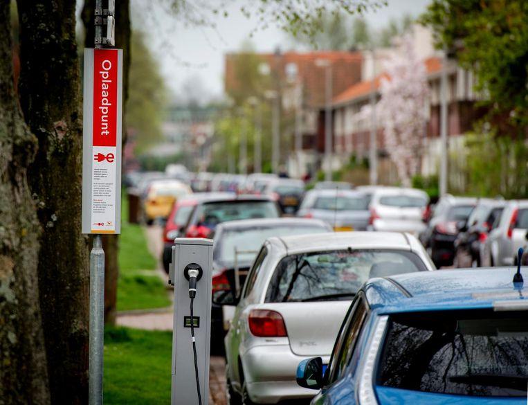 De komende tien jaar moet het aantal laadpalen voor elektrische auto's vertienvoudigen, maar daarvoor is de capaciteit op het stroomnet nog onvoldoende. Beeld Robin van Lonkhuijsen/ANP