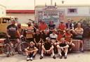 De groep Sallanders die in 1981 van Heino naar Keerbergen fietste en weer terug. Staand, derde van links, met imposante baard: Flip Jonkman.