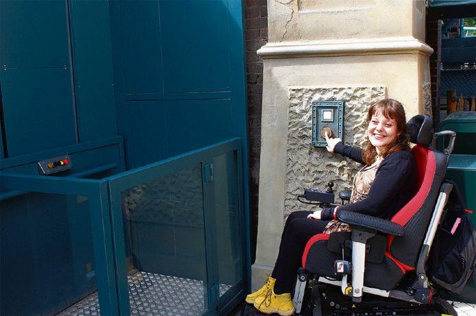 Amber Bindels bij de ingang van De Baron in de Efteling.