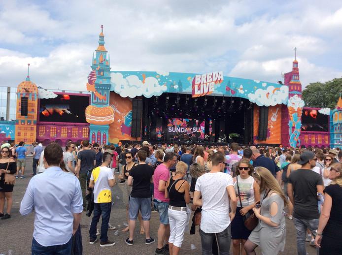 Sunday sun trapt af nadat Frank Lammers het snel vollopende festivalterrein welkom heeft geheten.