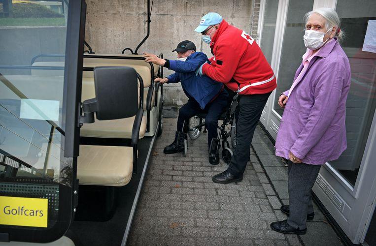 Ouderen laten zich vaccineren tegen covid-19 op Papendal.  Beeld Marcel van den Bergh