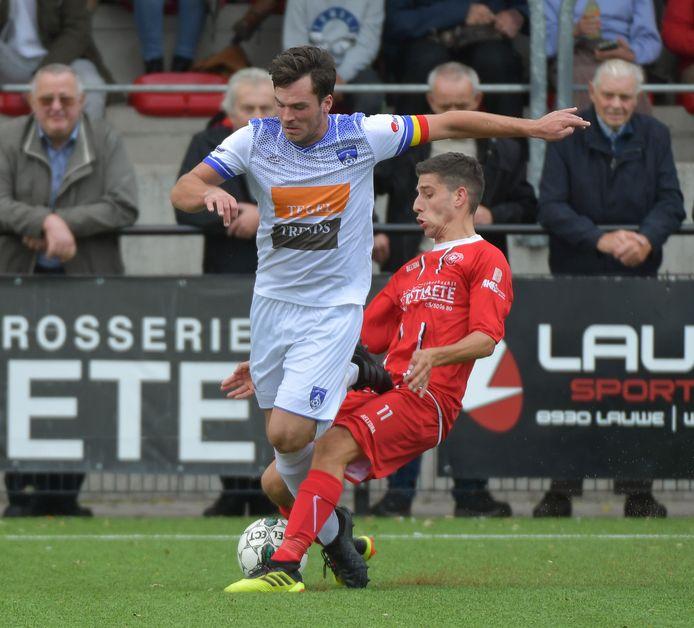 Alexander Masselis (l.) in de derby op SV Moorsele.