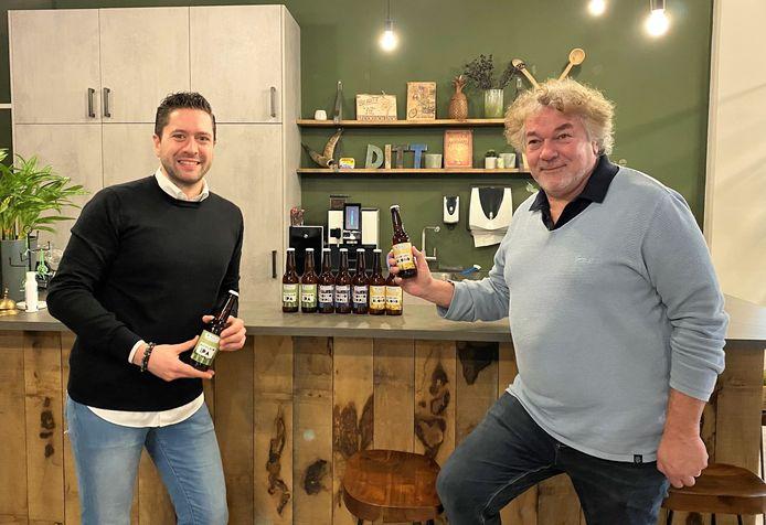 T.J. (links) en Tom (rechts) van Apeldoorn uit Duiven met eigen biermerk Voyago