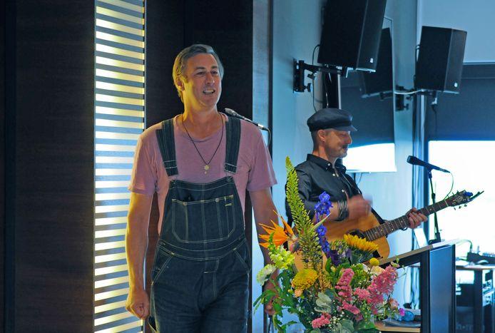 Broeder Dieleman en Peter Slager treden op bij de opening van de groepstentoonstelling 'Ik worstel en kom boven'. Broeder Dieleman maakte de installatie 'OH MIJN ZIEL' die in het Watersnoodmuseum is te zien.