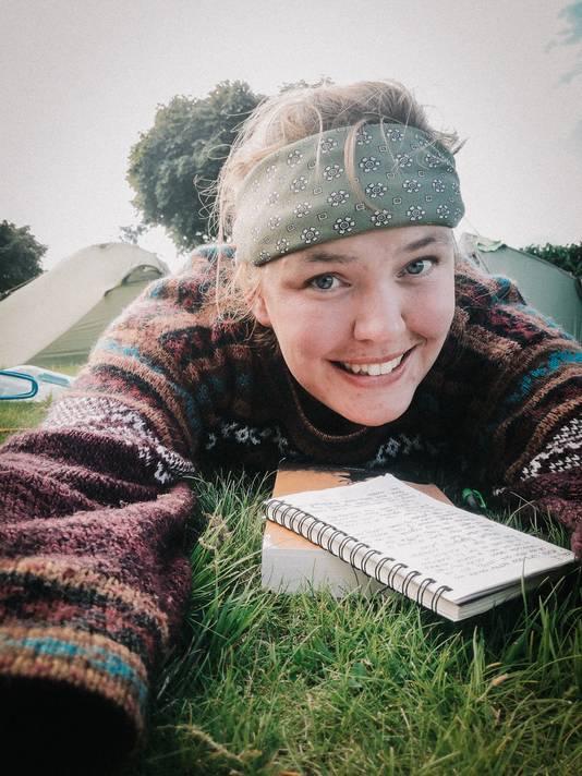 Paulien (28) couchsurft gewoonlijk, maar vanwege corona kampeerde ze afgelopen jaar bij mensen in de tuin.