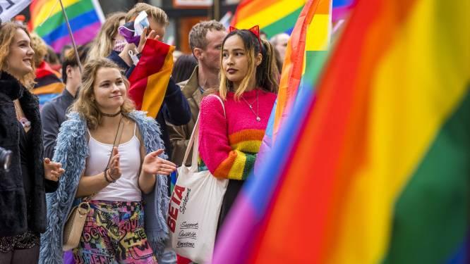 Coming Out-week in Hengelo: basiliek en stadhuistoren in regenboogkleuren