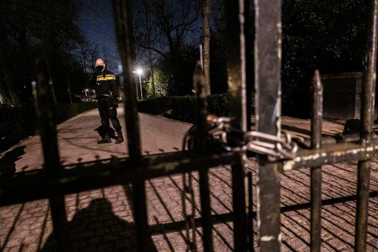 De politie maakte woensdag een einde aan de drukte in het Vondelpark. Beeld Joris van Gennip