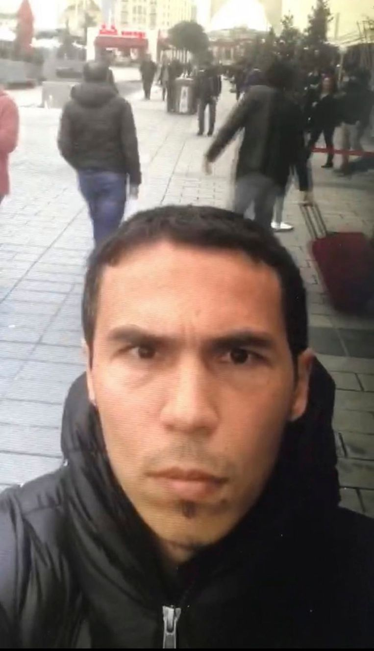 De dader filmde zichzelf toen hij door Istanboel wandelde. De beelden werden vermoedelijk enkele dagen voor de aanslag gemaakt. Beeld EPA