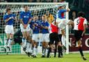 Pierre van Hooijdonk neemt een vrije trap tegen Rangers op 28 februari 2002.