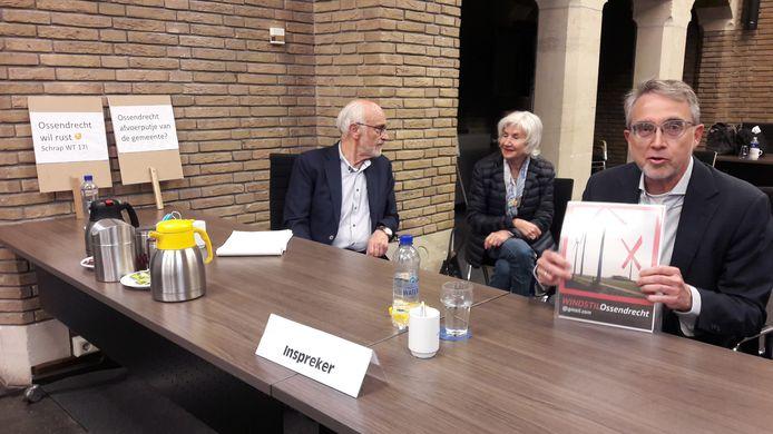 Woordvoerder Just Jansz van Windstil Ossendrecht (rechts) sprak voor de derde maal in bij de raad van Woensdrecht, die buurgemeente Reimerswaal moet adviseren over windpark Ze-Bra. Links oprichter Frank van der Linden van Windstil.